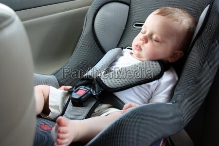 hermoso bebe durmiendo en el asiento