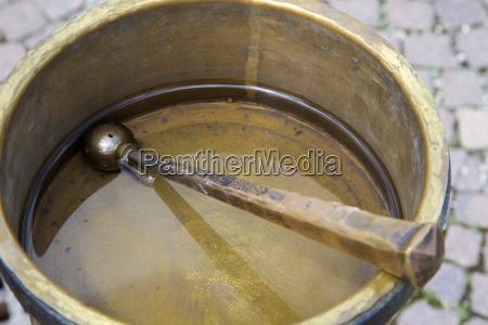 tazon de laton con agua bendita