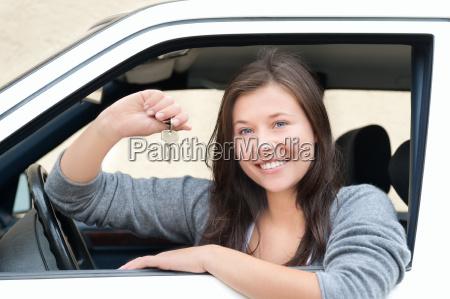 mujer joven feliz por su nueva