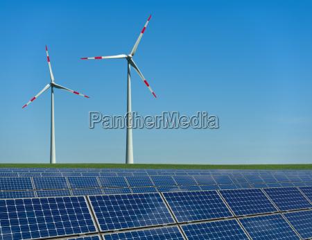 turbinas eolicas y modulos solares en