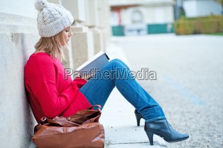mujer joven que lee un libro