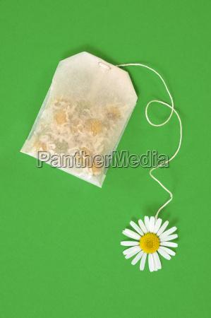 bolsa de te de manzanilla sobre
