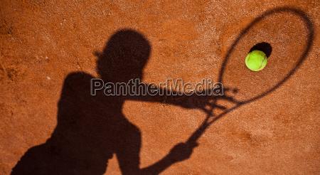 sombra de un jugador de tenis