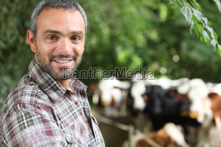 granjero estaba parado por el recinto
