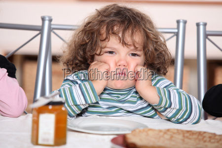 grouching ninyo delante de un plato
