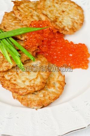 panqueques con caviar rojo