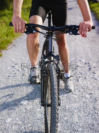 joven entrenando en bicicleta de montanya