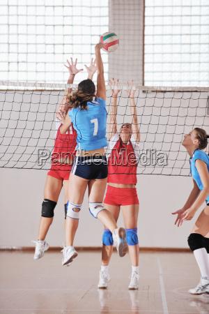 chicas jugando voleibol juego de interior