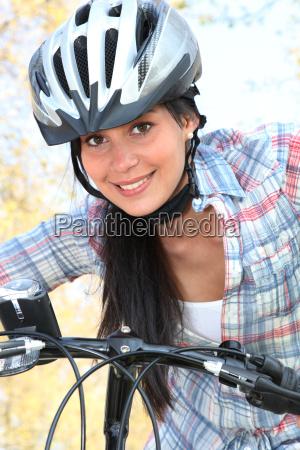 joven mujer andar en bicicleta en