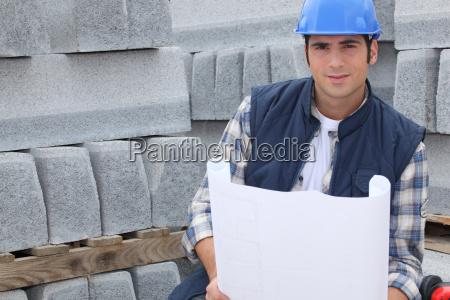 trabajador de la construccion de pie