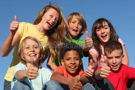 grupo diverso de ninyos de raza