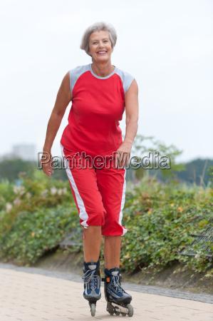 kvinde fnise smiler atletisk sportstraenet staerk