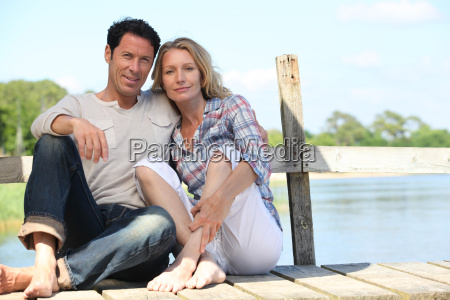 pareja de mediana edad sentada en