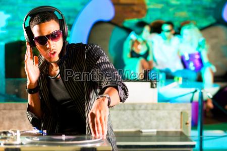 dj en el club con multitud