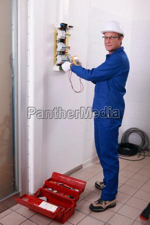 electricista con el casco y mono