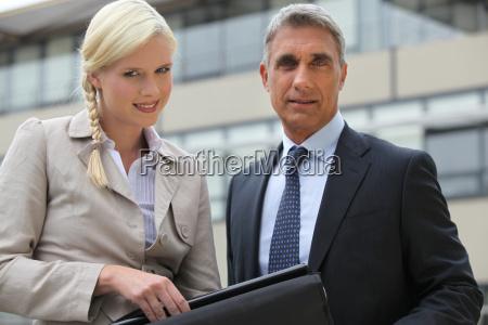 director y secretario al aire libre