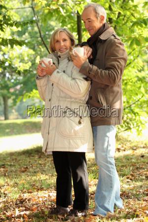 pareja de mas edad al aire