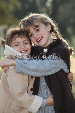 tierna escena de dos ninyas abrazando