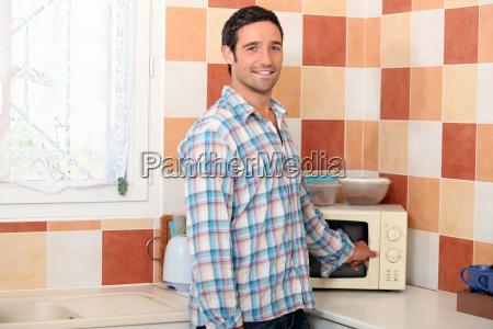 hombre usando el microondas