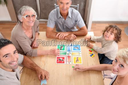 familia jugando juegos de mesa