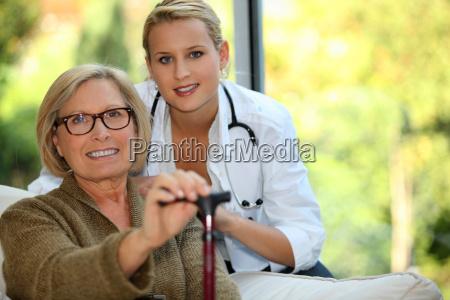 mujer mayor con una enfermera