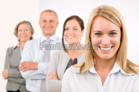equipo de negocios happy standing en