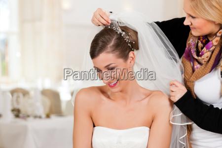 peluqueria pone el peinado de una