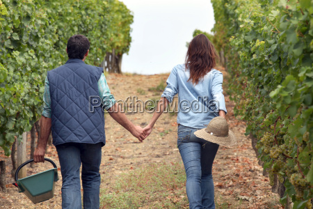 pareja sosteniendo las manos