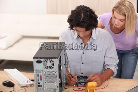 tecnico que repara un ordenador