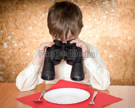 ninyo con binoculares