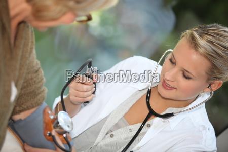 doctor medir la presion arterial de