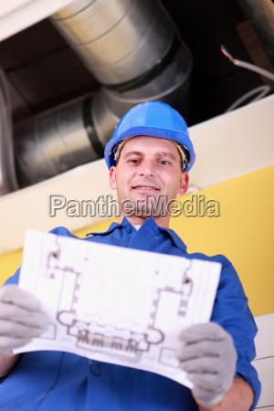 ingeniero con un plan de calefaccion