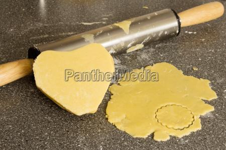 harina forma galletas masa arbeitsplatte corazon