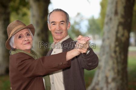 pareja de ancianos en un paseo
