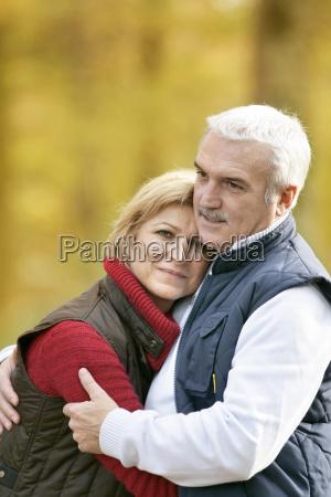 pareja madura en un paseo de