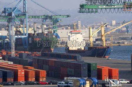 contenedores en el puerto para el