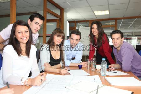 reunion del equipo en una oficina