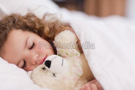muchacha que duerme con su oso