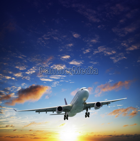 avion jet en un cielo al