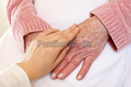 antiguo y manos de los jovenes