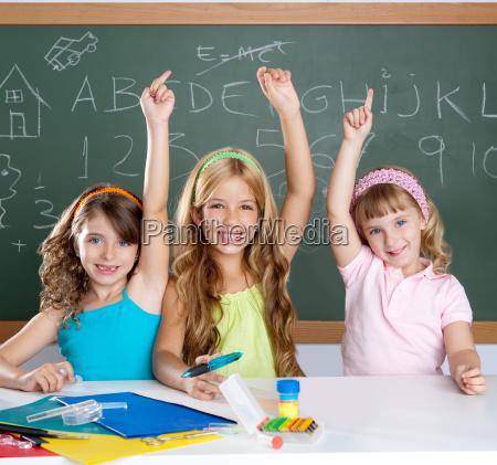 ninyos inteligentes grupo de estudiantes en