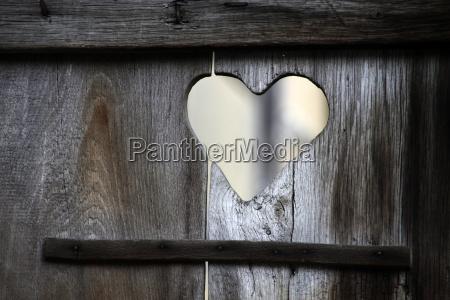 corazon en una puerta del aseo