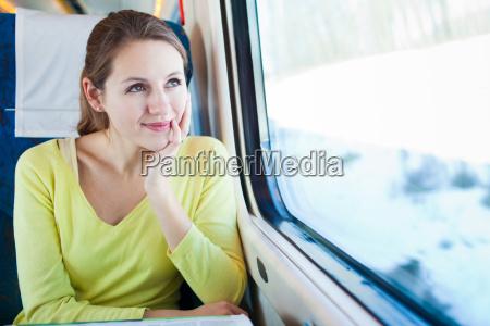 jovencita viajando en tren