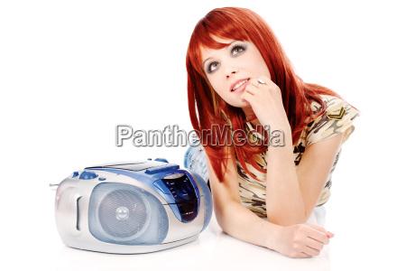 chica bonita tendiendo y escuchando musica