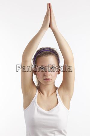 mujer joven con los brazos mirando