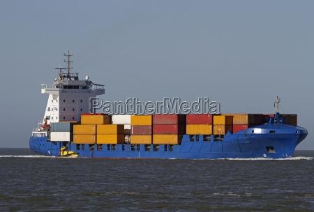 portacontenedores con barco piloto