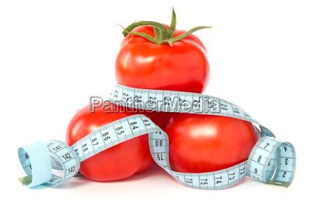 tomate envueltos con cinta de medir