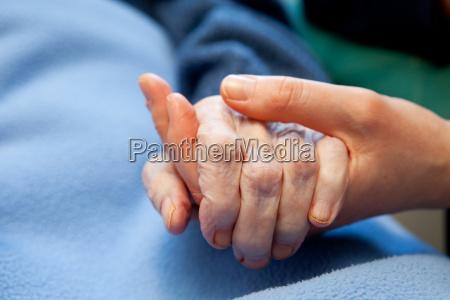 cuidado de las manos de edad