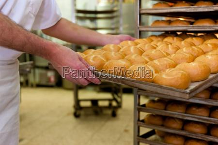 panaderos en la panaderia