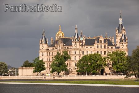 castillo de schwerin bajo nubes oscuras
